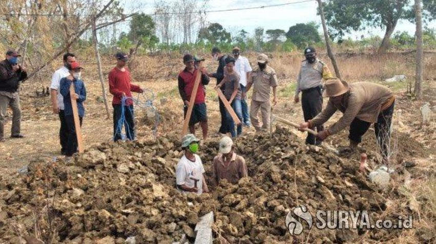 covid 19 grave - Mask deniers forced to dig graves for Covid-19 victims in Indonesia