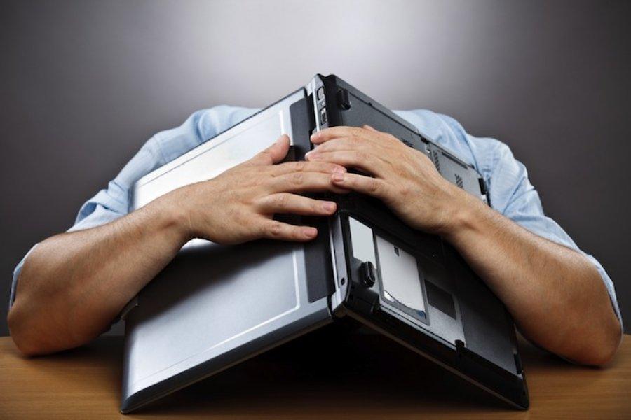 depression laptop computer sad - KB5001567 επιδιορθώνει την KB5000802